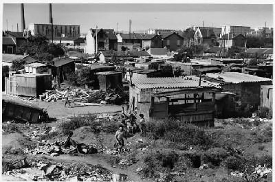 Légende : photo de Jean Pottier, journaliste reporter photographe, restrospective du bidon ville de Nanterre dans les années 1960