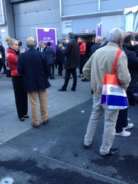 Comme chaque année au congrès de l'Association des Maires de France, Veolia invite le mercredi 22 novembre 1 500 maires à déjeuner et à écouter le PDG de Veolia dans une salle privatisée à la Porte de Versailles à Paris