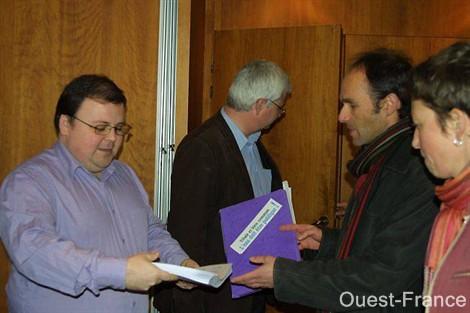 Les membres du collectif « Pour une gestion publique de l'eau » ont remis hier la pétition à Maxime Paul.