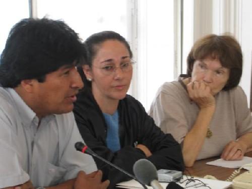 Evo à Paris 28/10/05 : Evo Morales , Helene Roux , Danielle Mitterand