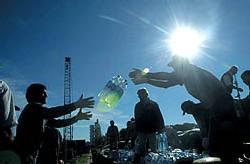 © Anibal Greco/AP/SIPA, Paris: Distribution d'eau aux victimes des inondations à Santa Fe (Argentine), début 2003