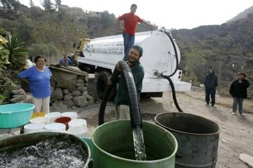 village mexicain livré en camion citerne d'eau