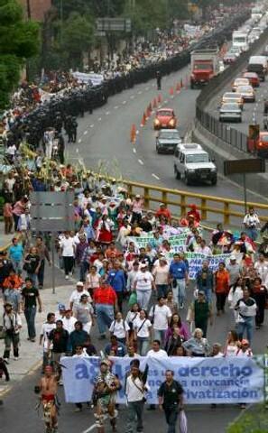 manifestants à mexico réclamant l'accès à l'eau