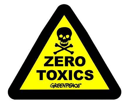Greenpeace livre au Sénat 331 bouteilles d'eau radioactives destinées à chaque sénateur, qui étudieront à partir de 16h le projet de loi sur les déchets radioactifs