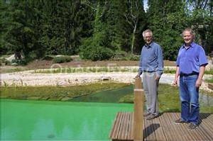 Serge Moëlo (à droite) près du bassin de baignade de Silfiac qui bénéficie d'un procédé innovant pour la qualité de l'eau.