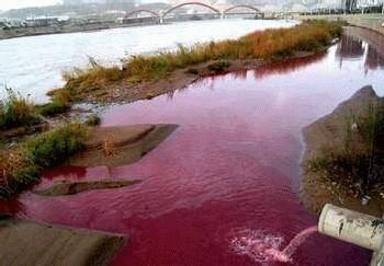 le fleuve Jaune devenu rouge de pollution