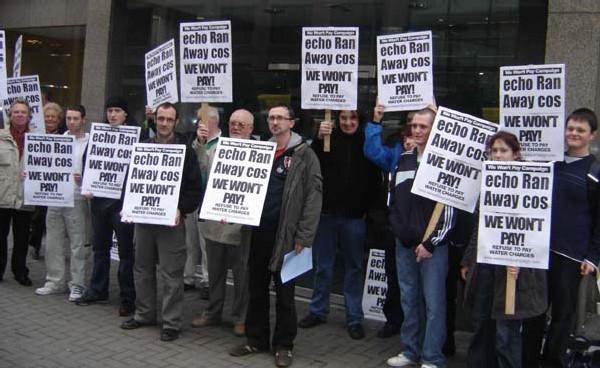 En IRLANDE du NORD, on plante des piquets de grève pour ne pas payer l'eau.