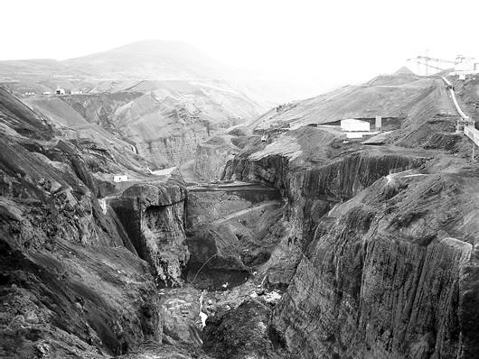 Les cheminées, dans un désert blanc, divisent l'Islande