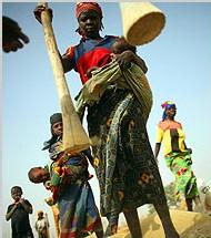 les femmes restent au village pendant que les hommes s'expatrient