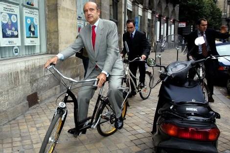 M. juppé à cheval sur son nouveau vélo de l'écologie