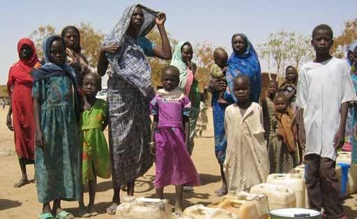 Femmes réfugiées du Darfour au points d'eau