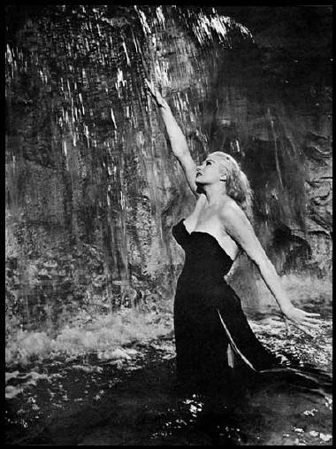 Anita Ekberg dans la fontaine de Trevi