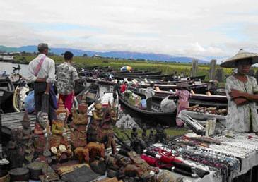 Des bouddhas et d'autres objets artisanaux en vente près du Lac Inlay [Photo: The Irrawaddy]